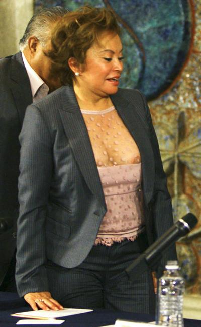 Elba Esther Gordillo enseñando el mondongo